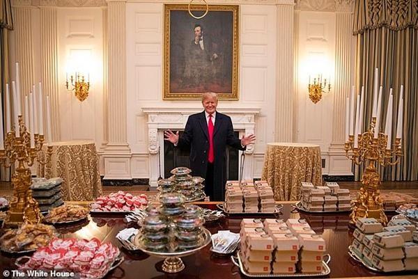 """Cựu Tổng thống Trump bất ngờ bị vệ sĩ cũ """"tố"""" là nhờ mua thức ăn rồi… mãi không trả tiền ảnh 4"""