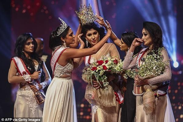 Hoa hậu và cựu Hoa hậu Quý bà Sri Lanka giằng nhau vương miện đến sứt đầu mẻ trán ảnh 1