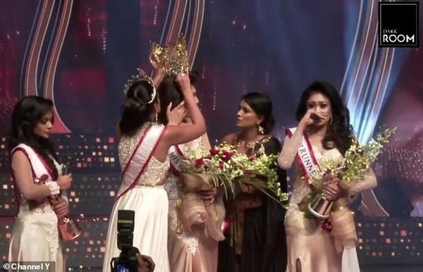 Hoa hậu và cựu Hoa hậu Quý bà Sri Lanka giằng nhau vương miện đến sứt đầu mẻ trán ảnh 2