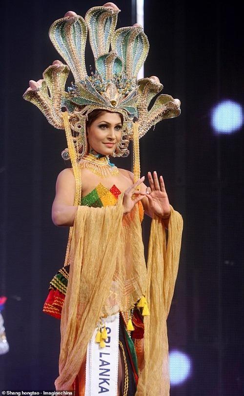 Hoa hậu và cựu Hoa hậu Quý bà Sri Lanka giằng nhau vương miện đến sứt đầu mẻ trán ảnh 4