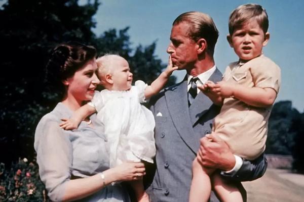 Hoàng thân Philip qua đời: Nhìn lại chuyện tình yêu đặc biệt của Nữ hoàng Anh và chồng ảnh 4