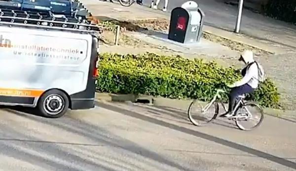 Vừa đi xe đạp vừa mải xem điện thoại, thanh niên đập mặt vào đuôi ô tô đang đỗ ảnh 1