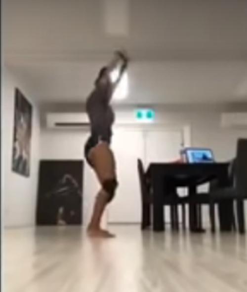 Đăng video nhảy lắc hông lên mạng xã hội, Hoa hậu Papua New Guinea bị tước vương miện ảnh 2
