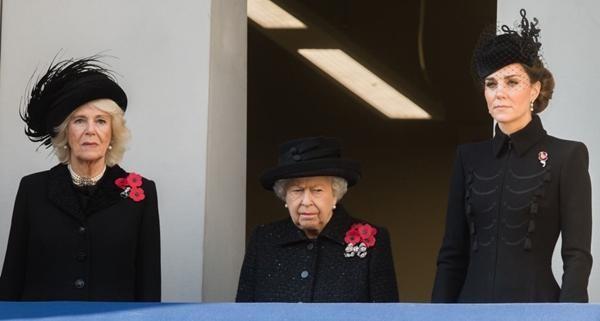 Hoàng tử Harry không được mặc đồ giống Hoàng tử William khi dự tang lễ Hoàng thân Philip? ảnh 3