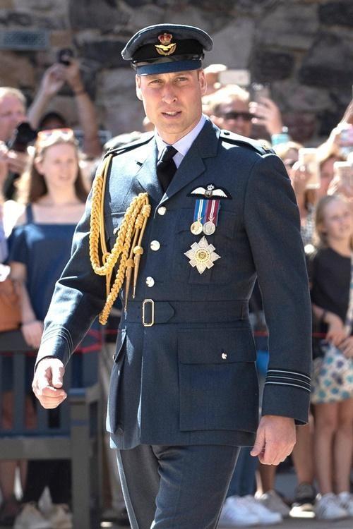 Hoàng tử Harry không được mặc đồ giống Hoàng tử William khi dự tang lễ Hoàng thân Philip? ảnh 2