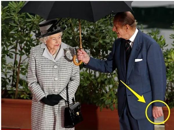 Hoàng tử William giống Hoàng thân Philip ở điểm không bao giờ đeo nhẫn cưới, Kate nghĩ gì? ảnh 3