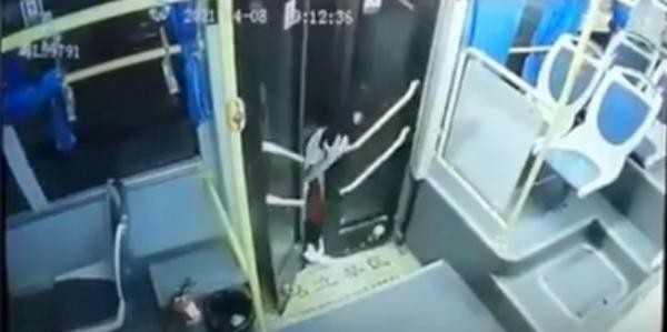Mắc chân vào cửa xe buýt, nữ sinh bị kéo lê trên đường một đoạn dài, kết quả rất bất ngờ ảnh 1