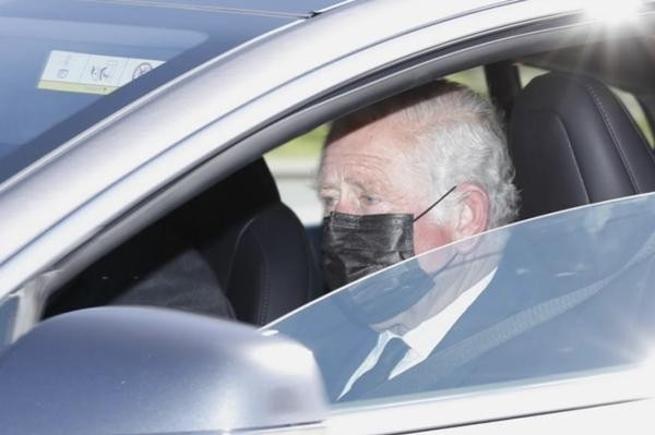 William - Kate đến tang lễ Hoàng thân Philip: Kate lại dùng phụ kiện thể hiện sự đoàn kết ảnh 5