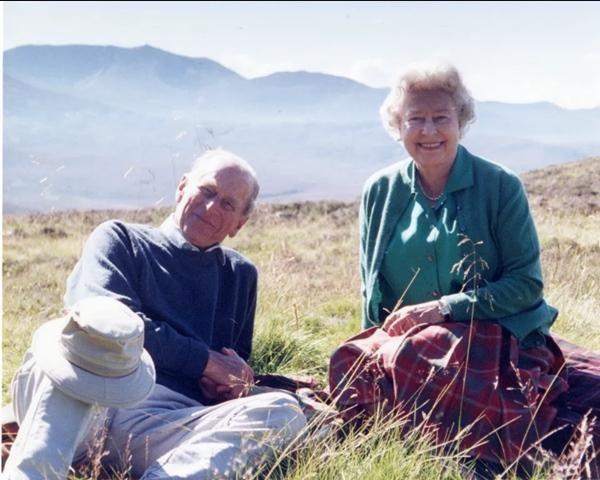 Mãi như thuở ban đầu: Nữ hoàng Anh đăng ảnh hạnh phúc trước khi từ biệt Hoàng thân Philip ảnh 1