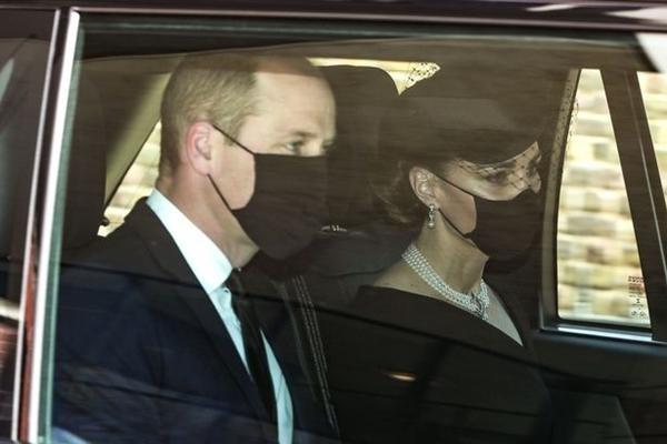 William - Kate đến tang lễ Hoàng thân Philip: Kate lại dùng phụ kiện thể hiện sự đoàn kết ảnh 1