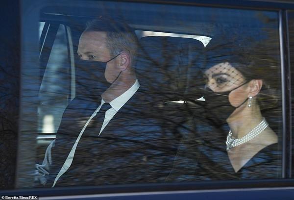 William - Kate đến tang lễ Hoàng thân Philip: Kate lại dùng phụ kiện thể hiện sự đoàn kết ảnh 3
