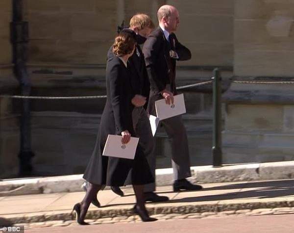 An lòng Hoàng thân Philip: Bộ ba Hoàng gia tái hợp, Kate giúp William và Harry trò chuyện ảnh 4