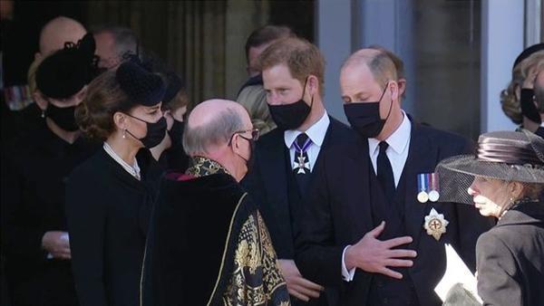 An lòng Hoàng thân Philip: Bộ ba Hoàng gia tái hợp, Kate giúp William và Harry trò chuyện ảnh 2