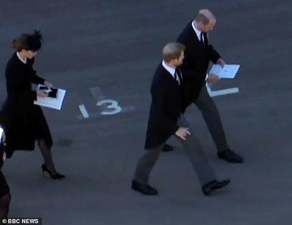 An lòng Hoàng thân Philip: Bộ ba Hoàng gia tái hợp, Kate giúp William và Harry trò chuyện ảnh 5
