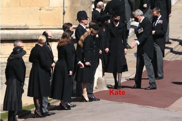 """Meghan gửi hoa và thiệp tới tang lễ Hoàng thân Philip, tại sao lại bị nói là """"gây chú ý""""? ảnh 3"""