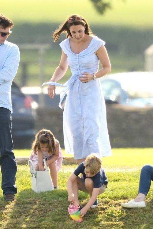 Các nhóc tì nhà William - Kate làm gì khi đi shopping mà mẹ Kate được khen khéo dạy con? ảnh 1