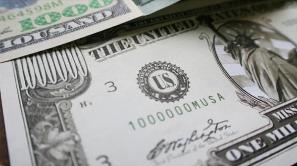 Mỹ: Vào cửa hàng giá rẻ, hai phụ nữ muốn mua phiếu quà tặng bằng tờ tiền 1 triệu đôla ảnh 2