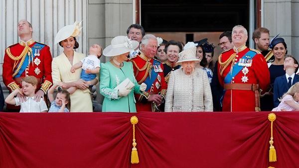 Harry định ở lại Anh dự sinh nhật Nữ hoàng, nhưng Nữ hoàng có hẳn 2 sinh nhật, vì sao vậy? ảnh 3