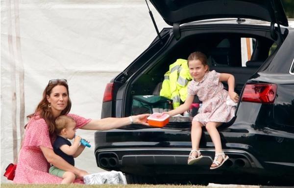 """Không chỉ là """"trưởng ban hòa giải"""", Kate Middleton còn được gọi là """"công nương tằn tiện"""" ảnh 5"""