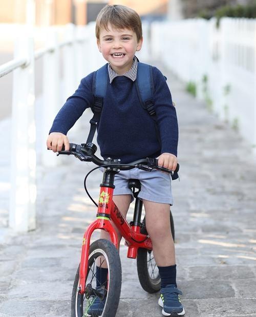 Kate lại thể hiện sự đoàn kết trong sinh nhật con trai út: Louis mặc đồ giống y bố William ảnh 1
