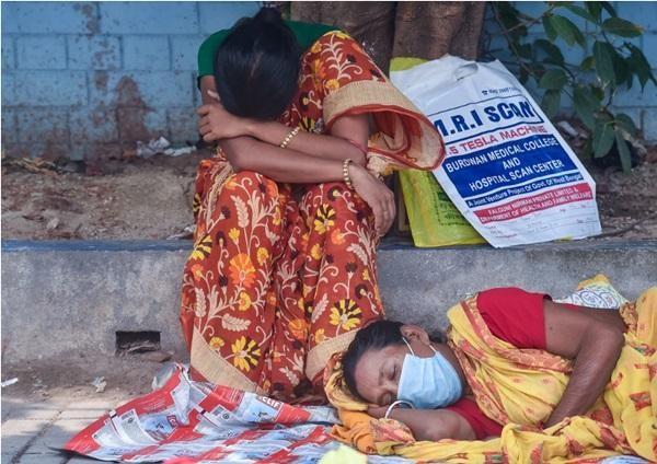 Sụp đổ hoàn toàn: COVID-19 tàn phá Ấn Độ, hệ thống y tế quay cuồng, khủng hoảng trầm trọng ảnh 4