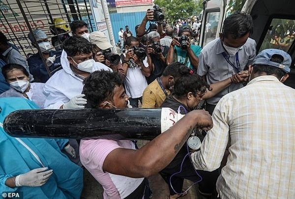 Cuộc khủng hoảng thiếu oxy trong làn sóng thứ hai ở Ấn Độ: Những bức ảnh chất chứa lo âu ảnh 9