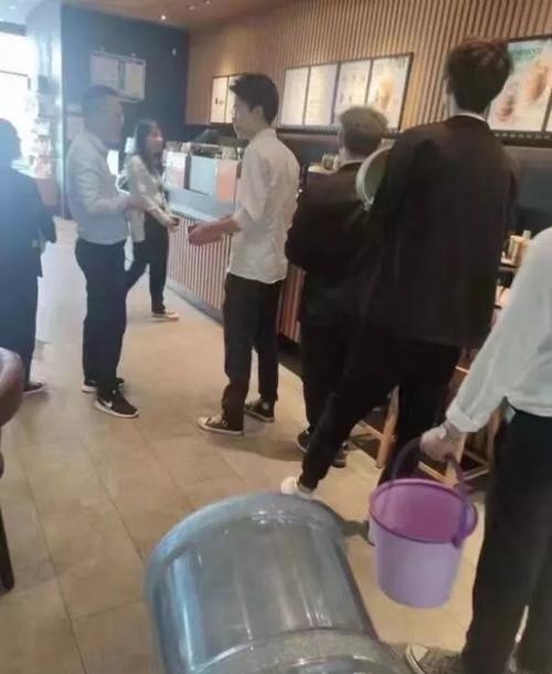 Starbucks Trung Quốc tặng đồ uống miễn phí cho khách tự mang cốc, ai ngờ khách mang cả… xô ảnh 1