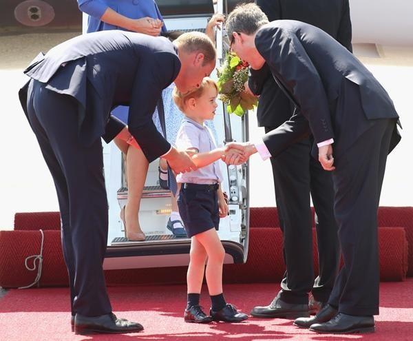 Những bức ảnh cho thấy cách nuôi dạy con tuyệt vời của Hoàng tử William và Công nương Kate ảnh 8