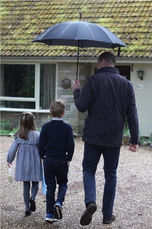 Những bức ảnh cho thấy cách nuôi dạy con tuyệt vời của Hoàng tử William và Công nương Kate ảnh 4