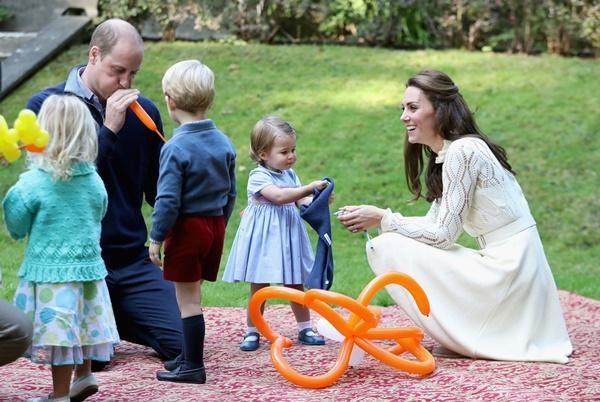 Những bức ảnh cho thấy cách nuôi dạy con tuyệt vời của Hoàng tử William và Công nương Kate ảnh 7