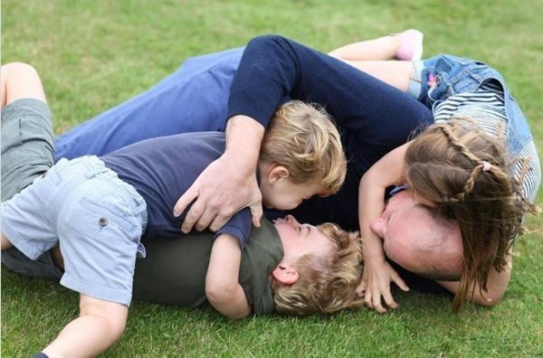Những bức ảnh cho thấy cách nuôi dạy con tuyệt vời của Hoàng tử William và Công nương Kate ảnh 2
