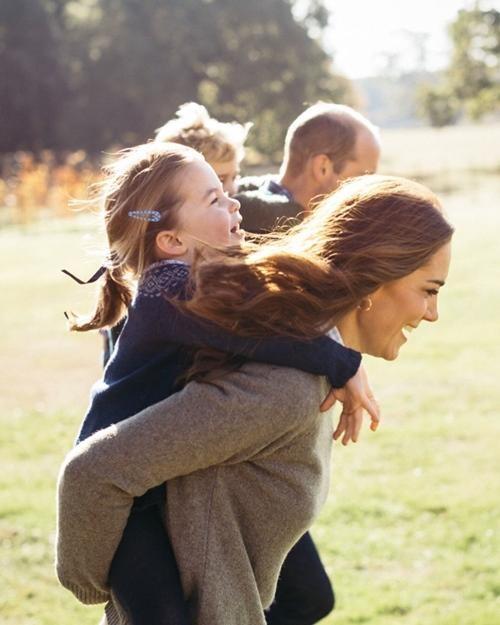 Những bức ảnh cho thấy cách nuôi dạy con tuyệt vời của Hoàng tử William và Công nương Kate ảnh 3