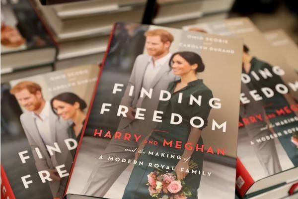 """Nữ hoàng Anh chưa thể nghỉ ngơi: Cuốn sách về Harry - Meghan có chương mới để """"kể hết"""" ảnh 1"""