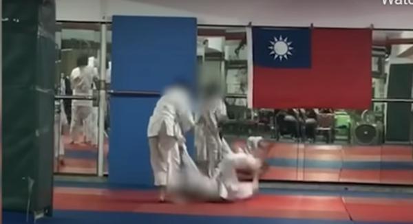 Bị quăng liên tục xuống đất tại lớp học võ, cậu bé 7 tuổi ở Đài Loan rơi vào hôn mê ảnh 1