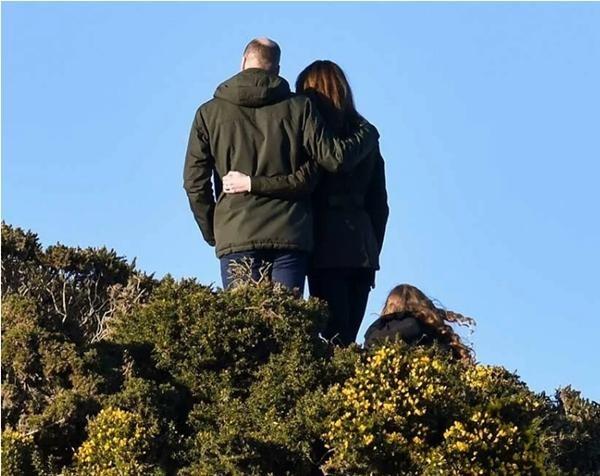 """Vợ chồng William - Kate khi tưởng rằng không có ai chụp ảnh: Hóa ra """"mùi mẫn"""" thế này đây ảnh 2"""