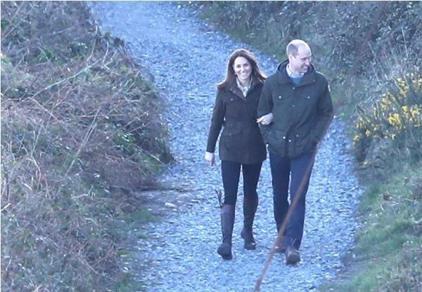 """Vợ chồng William - Kate khi tưởng rằng không có ai chụp ảnh: Hóa ra """"mùi mẫn"""" thế này đây ảnh 5"""