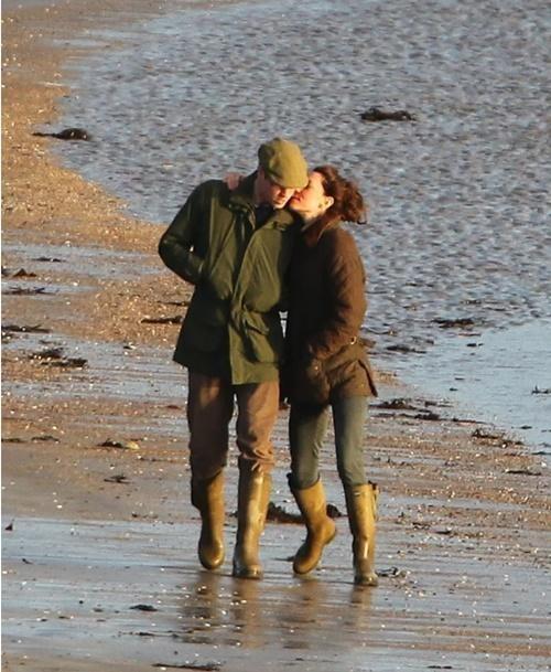 """Vợ chồng William - Kate khi tưởng rằng không có ai chụp ảnh: Hóa ra """"mùi mẫn"""" thế này đây ảnh 7"""