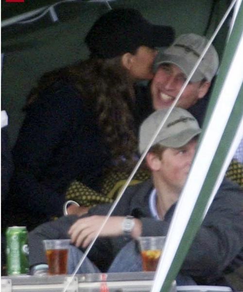 """Vợ chồng William - Kate khi tưởng rằng không có ai chụp ảnh: Hóa ra """"mùi mẫn"""" thế này đây ảnh 8"""
