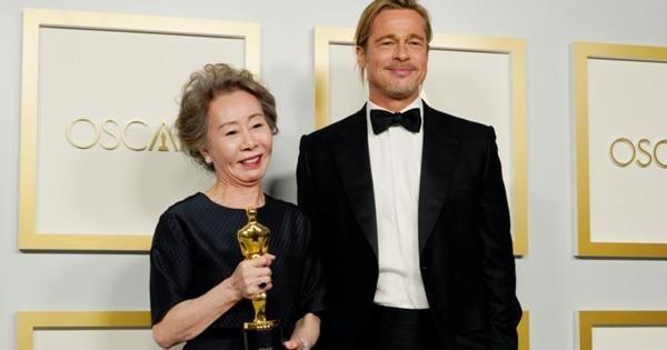 Nữ diễn viên đoạt giải Oscar Youn Yuh Jung đáp trả cực gắt khi bị hỏi thô lỗ về Brad Pitt ảnh 1