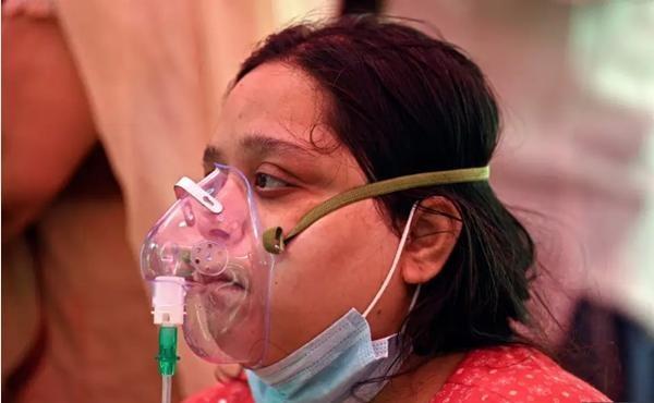 """Ấn Độ sắp thành """"địa ngục"""": Bệnh nhân COVID-19 tuyệt vọng nhảy lầu, đỉnh dịch còn chưa tới ảnh 1"""