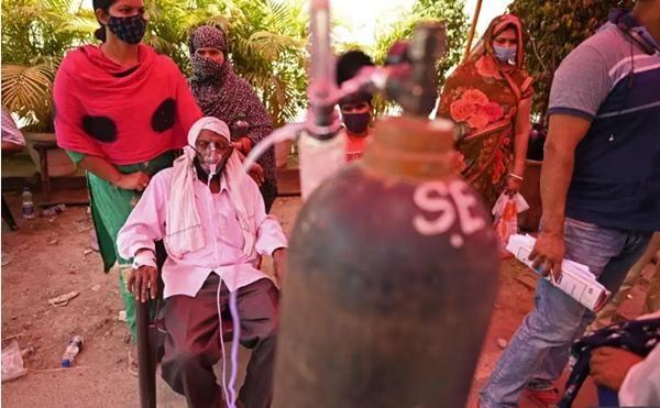 """Ấn Độ sắp thành """"địa ngục"""": Bệnh nhân COVID-19 tuyệt vọng nhảy lầu, đỉnh dịch còn chưa tới ảnh 2"""
