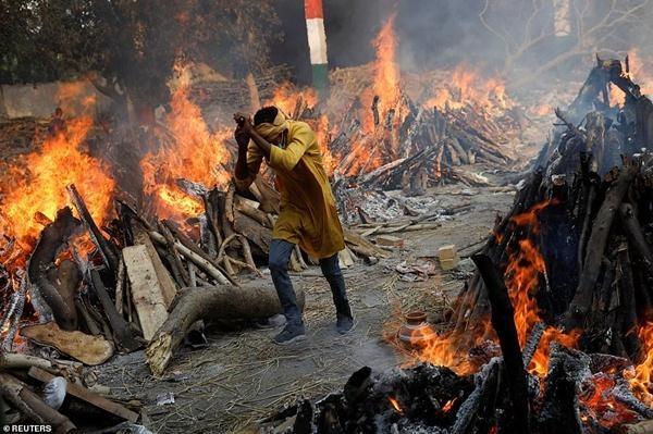 """Ấn Độ sắp thành """"địa ngục"""": Bệnh nhân COVID-19 tuyệt vọng nhảy lầu, đỉnh dịch còn chưa tới ảnh 6"""