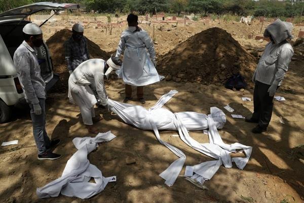 Ấn Độ chưa từng bất lực đến thế: Bác sĩ bị đánh, người lành hô hấp nhân tạo cho người bệnh ảnh 2