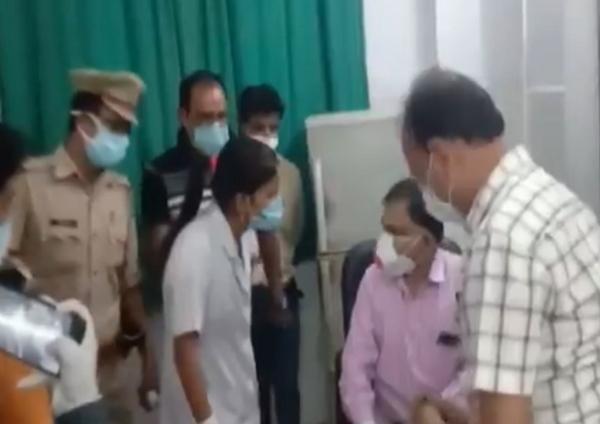 """Ấn Độ: Quá căng thẳng dưới sức ép của """"sóng thần"""" COVID-19, bác sĩ và y tá gây gổ nhau ảnh 1"""