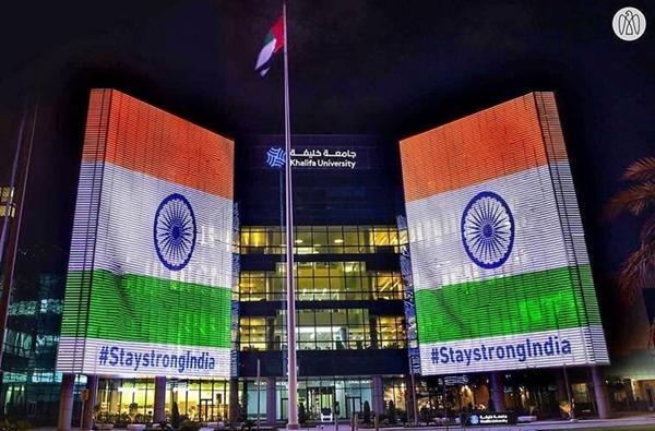 Mạnh mẽ nhé, Ấn Độ: Nhiều nơi trên thế giới rực màu cờ Ấn Độ khi số ca nhiễm vượt 18 triệu ảnh 4