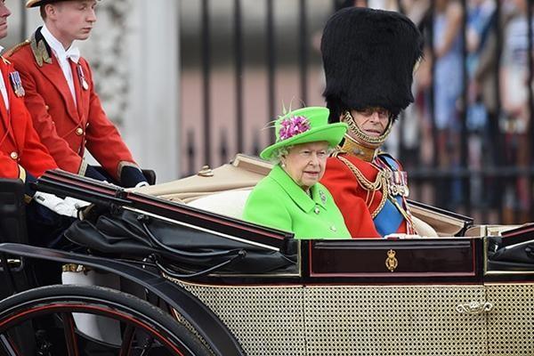 """Nữ hoàng Anh được tôn vinh là """"biểu tượng thời trang"""", tại sao bà luôn mặc màu rực rỡ? ảnh 2"""