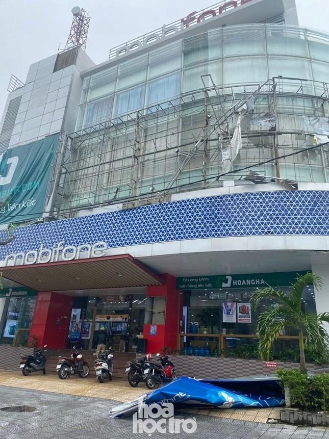 Thừa Thiên - Huế: Trạm xe buýt bị hư hại, cây xà cừ trăm tuổi bật gốc vì bão số 13 ảnh 2