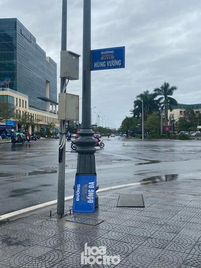 Thừa Thiên - Huế: Trạm xe buýt bị hư hại, cây xà cừ trăm tuổi bật gốc vì bão số 13 ảnh 4
