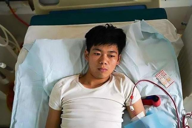 Bán thận để mua iPhone và iPad, một chàng trai đã phải nằm liệt giường suốt đời ảnh 1