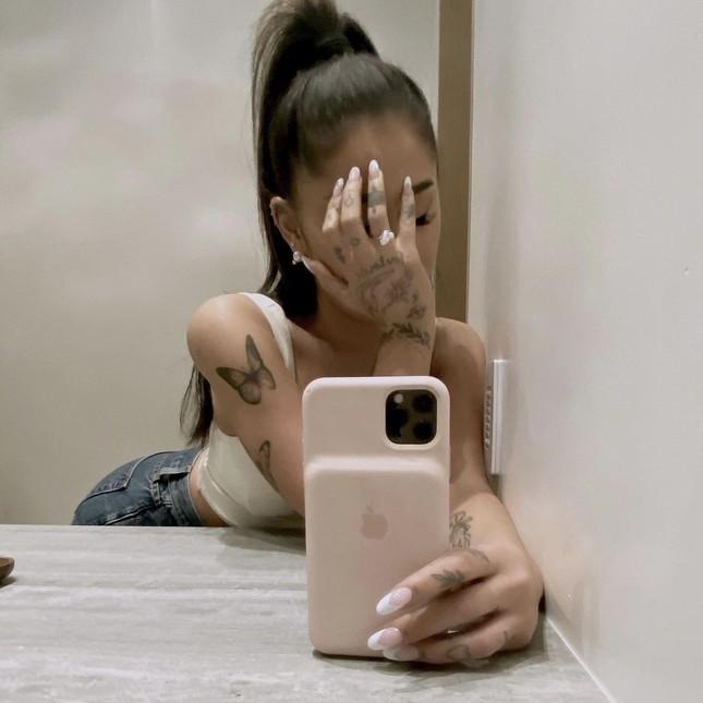 HOT: Ariana Grande đã đính hôn với bạn trai Dalton Gomez, khoe nhẫn kim cương hạnh phúc ảnh 2